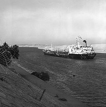 Roger-Viollet | 779890 | Oil tanker in the Suez Canal, 1978. | © Roger-Viollet / Roger-Viollet