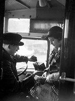 Roger-Viollet   780059   Bus driver punching a ticket. Paris, around 1930.   © Albert Harlingue / Roger-Viollet