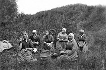 Roger-Viollet | 782016 | Farmers from the Beauce lunching. France, about 1910. | © Neurdein / Roger-Viollet