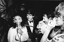 Roger-Viollet | 783605 | China Machado, fashion editor for Vogue US, David Bailey, English photographer, and Mimi Bashford. Venice. | © Jack Nisberg / Roger-Viollet