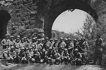 Roger-Viollet | 785993 | Algerian War of Independence. Cherchell Infantry Military School. Military cadets, 2nd company, 2nd platoon, posing under a Roman aqueduct near Cherchell. On the right, the drill instructor, lieutenant Meniole D'Hauthuile. Algeria, October 1960. | © Jean-Pierre Laffont / Roger-Viollet