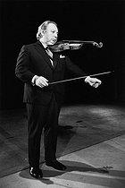 Roger-Viollet | 788715 | Isaac Stern (1920-2001), American violinist. Paris, Théâtre des Champs-Elysées, on October 26, 1973. | © Jean-Pierre Couderc / Roger-Viollet