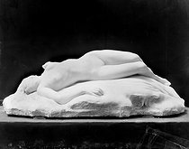 Roger-Viollet | 789351 | Coutheilas.  La mort de la cigale . Marbre. Photographie de Léopold Mercier. | © Léopold Mercier / Roger-Viollet