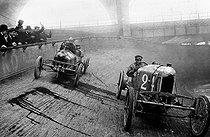 Roger-Viollet | 789560 | Small Sizaire and Naudin cars at the Winter velodrome. Paris, 1909. | © Roger-Viollet / Roger-Viollet
