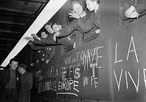 Roger-Viollet | 789571 | Guerre 1939-1945. Jeunes partant travailler en Allemagne. Paris, janvier 1943. | © LAPI / Roger-Viollet