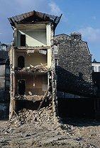 Roger-Viollet | 791331 | Destruction of buildings unfit for habitation in the Belleville district. Paris (XXth arrondissement), 1966. Photograph by Léon Claude Vénézia (1941-2013). | © Léon Claude Vénézia / Roger-Viollet