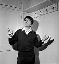 Roger-Viollet | 792186 | Marcel Mouloudji (1922-1994), French singer. Paris, Bobino, december 1959. | © Studio Lipnitzki / Roger-Viollet