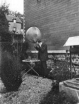 Roger-Viollet | 794440 | La T.S.F. à ses débuts. Expérience du ballon-appareil de T.S.F. par Ernest Roger. Rouxmesnil-Bouteilles, septembre 1908. Photo Ernest Roger. | © Ernest Roger / Roger-Viollet