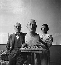 Roger-Viollet | 795676 | Paul Valéry (1871-1945), French writer, posing for Mrs Raoul-Duval. | © Studio Lipnitzki / Roger-Viollet