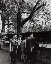 Roger-Viollet | 796305 | Secondhand-book lovers on the quai de la Mégisserie, in front of the Conciergerie. Paris (IVth arrondissement), 1954. Photograph by Janine Niepce (1921-2007). | © Janine Niepce / Roger-Viollet