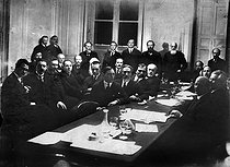 Roger-Viollet | 798789 | Meeting of members of the Russian Constituent Assembly (centre : Alexander Kerensky). Paris, circa 1925. | © Pierre Choumoff / Roger-Viollet