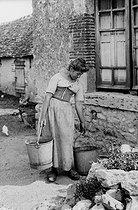Roger-Viollet | 799612 | Servant in a farm. Sologne (France), around 1900. | © Neurdein / Roger-Viollet