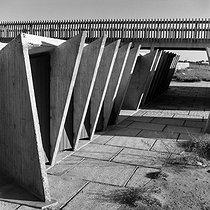 Roger-Viollet | 800764 | Point Zero (architect : Jean Balladur, 1924-2002). Bathing huts. La Grande Motte (France). | © Collection Roger-Viollet / Roger-Viollet