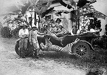 Roger-Viollet | 801823 | Tiger shooting in Indochina, in the 1920's. | © Albert Harlingue / Roger-Viollet