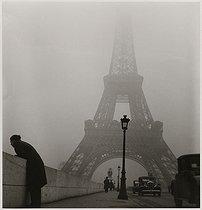 Roger-Viollet | 801861 | Iena bridge and Eiffel Tower in the mist. Paris (VIIth arrondissement), 1937. Photograph by Roger Schall (1904-1995). Paris, musée Carnavalet. | © Roger Schall / Musée Carnavalet / Roger-Viollet