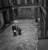 Roger-Viollet | 802288 | Singers in a yard. Paris, circa 1940. | © Gaston Paris / Roger-Viollet