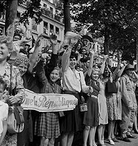 Roger-Viollet | 803004 | World War II. Liberation of Paris. Victory parade on the Champs-Elysées. Paris (VIIIth arrondissement), on August 26, 1944. Photograph by Jean Roubier (1896-1981). | © Fonds Jean Roubier / Roger-Viollet
