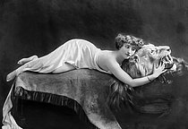 Roger-Viollet | 807571 | Colette (1873-1954), French writer, lying on the skin of a dead lion, 1906-1909. | © Roger-Viollet / Roger-Viollet