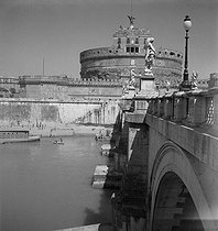 Roger-Viollet | 808907 | Le château Saint-Ange (Castel Sant'Angelo). Rome (Italie), vers 1950. | © Gaston Paris / Roger-Viollet