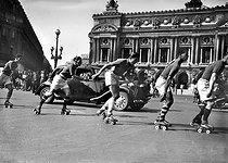 Roger-Viollet | 809226 | Roller skaters Grand Prix. The place de l'Opéra. Paris, September 1941. | © LAPI / Roger-Viollet