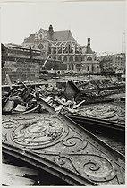 Roger-Viollet | 809402 | Paris, the Halles covered market and their demolition. Demolition of the Baltard pavilions. Paris (Ist arrondissement), 1973. Photograph by Jean Marquis (1926-2019). Bibliothèque historique de la Ville de Paris. | © Jean Marquis / BHVP / Roger-Viollet