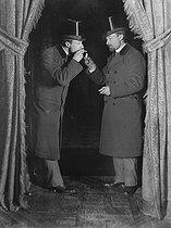 Roger-Viollet | 809528 | Trucages photographiques d'Henri Roger. Bilocation.  Henri Roger allumant une cigarette à son double . France, janvier 1895. | © Henri Roger / Roger-Viollet