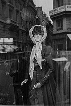 Roger-Viollet | 809750 | Display mannequin in a shop window. | © Gaston Paris / Roger-Viollet
