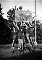 Roger-Viollet | 812048 | Basketball game. Stade français versus E.S. Viroflay. Beginning of the 1st round of the Critérium de Paris in Roland-Garros. Paris, 1940. | © LAPI / Roger-Viollet