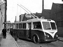 Roger-Viollet   812782   Trolley bus. Paris, 1939.   © LAPI / Roger-Viollet