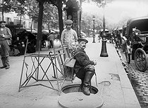Roger-Viollet | 813436 | Going down in the sewer. Paris, 1911. | © Jacques Boyer / Roger-Viollet