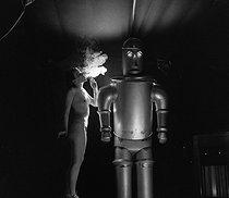 Roger-Viollet | 813765 | STRIPTEASE - THE ROBOT | © Gaston Paris / Roger-Viollet