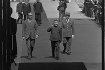 Roger-Viollet | 815108 | Deng Xiaoping (1904-1997), Chinese Prime Minister, greeted at the airport by Jacques Chirac, French Prime Minister. Paris, on May 13, 1975. | © Jacques Cuinières / Roger-Viollet