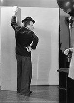Roger-Viollet | 816935 | Le clown Rhum du Cirque Medrano, en 1950. | © Laure Albin Guillot / Roger-Viollet