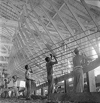 Roger-Viollet | 817089 | Cuba. Shipyard, 1960. | © Gilberto Ante / Roger-Viollet