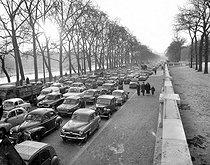 Roger-Viollet | 824488 | Traffic jam on the banks of the Seine during a transport strike. Paris, April 1, 1958. | © Roger-Viollet / Roger-Viollet