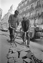 Roger-Viollet | 825042 | North-African migrant workers using a pneumatic drill. Paris, 1972. | © Georges Azenstarck / Roger-Viollet