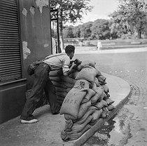 Roger-Viollet | 825259 | PARIS - WAR - LIBERATION | © Gaston Paris / Roger-Viollet