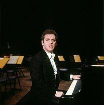 Roger-Viollet | 825305 | Daniel Barenboim (born in 1942), Israeli conductor and pianist, performing at the Salle Pleyel. Paris, June 1984. | © Kathleen Blumenfeld / Roger-Viollet