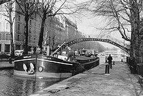 Roger-Viollet | 827884 | Barge on the Canal Saint-Martin, quai de Jemmapes. Paris, 1980's. Photograph by Janine Niepce (1921-2007). | © Janine Niepce / Roger-Viollet