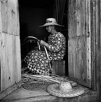 Roger-Viollet | 828460 | Old woman making palm leaf hats. Island of Saint-Barthélemy (French West Indies), 1959. Photograph by Hélène Roger-Viollet (1901-1985). | © Hélène Roger-Viollet / Roger-Viollet