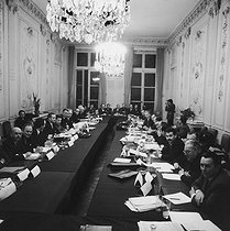 Roger-Viollet | 828875 | Events of May-June 1968. Accords de Grenelle (Grenelle Agreements). Negotiations between the representatives of Georges Pompidou''s cabinet (Prime Minister), Jean-Marcel Jeanneney (Minister of Social Affairs), and Jacques Chirac (junion minister for Social Affairs, in charge of Employment) and the representatives of the unions. On the right for the CGT : Georges Séguy, André Berteloot, René Buhl, Henri Krasucki and Jean-Louis Moynot. Ministry of Labour. Paris, on May 25-26, 1968. Photograph by Georges Azenstarck (born in 1934). | © Georges Azenstarck / Roger-Viollet
