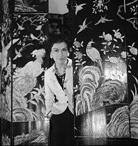 Roger-Viollet | 828946 | Coco Chanel (1883-1971), couturière française, dans son atelier, rue Cambon. Paris, 1937. | © Boris Lipnitzki / Roger-Viollet