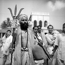 Roger-Viollet | 829326 | Pilgrim. Benares (Uttar Pradesh, India). 1961. Photograph by Hélène Roger-Viollet (1901-1985). | © Hélène Roger-Viollet / Roger-Viollet