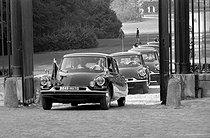 Roger-Viollet | 829761 | Car (DS 19 Citroën) in General de Gaulle's official cortègen, President of the French Republic, arriving at the Château de Rambouillet (Yvelines), on September 4, 1959. | © Bernard Lipnitzki / Roger-Viollet
