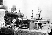 Roger-Viollet | 830128 | Ducretet and Ernest Roger TSF receiver. The device on the left, in the casket, was used on the Eiffel Tower for the first communication by TSF, in 1898. | © Ernest Roger / Roger-Viollet