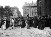 Roger-Viollet | 830130 | Crowd in front of the Saint-Sulpice church, on the day of Corpus Christi. Paris, on June 19, 1892. Photograph by Henri Roger. | © Henri Roger / Roger-Viollet