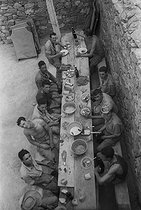 Roger-Viollet | 831772 | Algerian War of Independence. The French Army's fort in M'Zaourat, Mascara Area. Some of the 48 harkis of the platoon during the lunch break. Algeria, Summer 1961. | © Jean-Pierre Laffont / Roger-Viollet