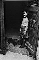 Roger-Viollet | 835544 | Jeune fille masquée et son chien, boulevard Beaumarchais. Paris (IIIème arr.), années 1970. Photographie de Léon Claude Vénézia (1941-2013). | © Léon Claude Vénézia / Roger-Viollet
