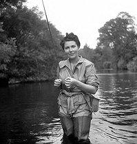 Roger-Viollet   836894   Pêche en Normandie. Madame Vernes, femme du banquier.   © Tony Burnand / Roger-Viollet
