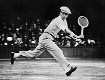 Roger-Viollet | 837421 | René Lacoste (1904-1996), French tennis player, during a men's singles game versus Karel Kozeluh. Wimbledon (England), around 1925. | © Photo Rap / Roger-Viollet